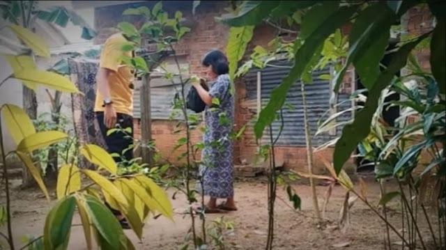 Kurangajar! Demi Subcriber, Youtuber Bodoh Bagi-bagi Daging Kurban Isi Sampah ke Emak-emak