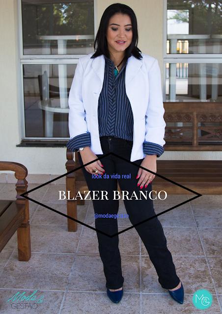 Usando o Blazer Branco no trabalho