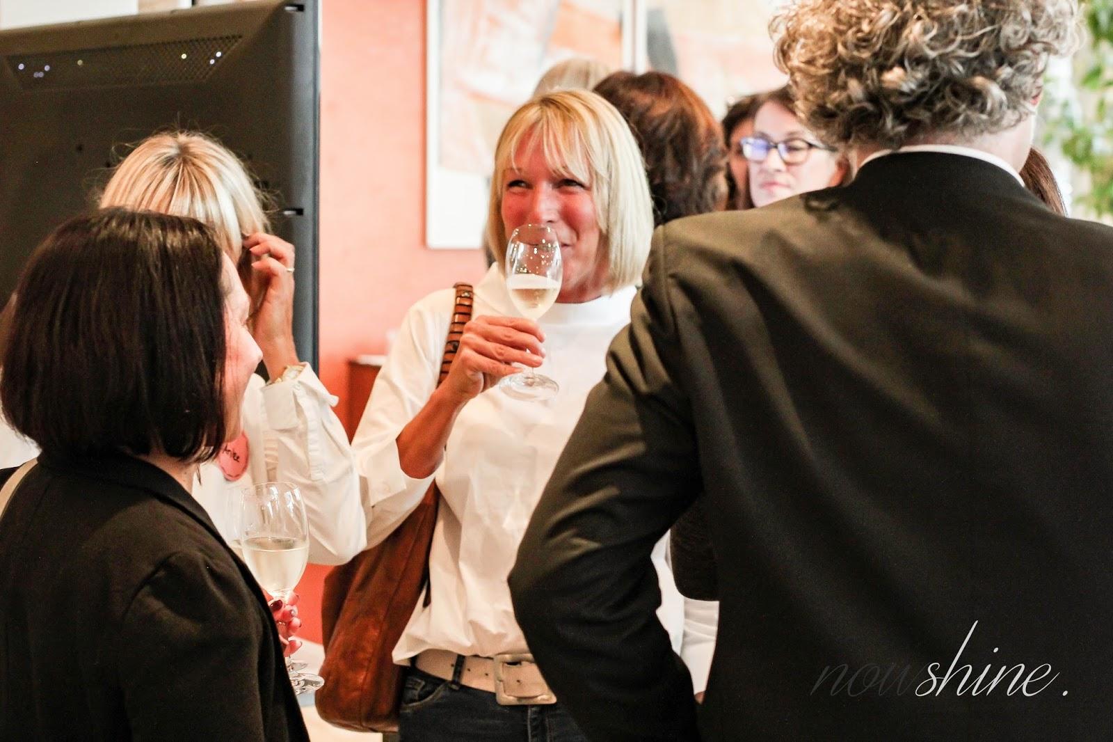 Frauen lachen und unterhalten sich miteinander bei einem Glas Procecoo