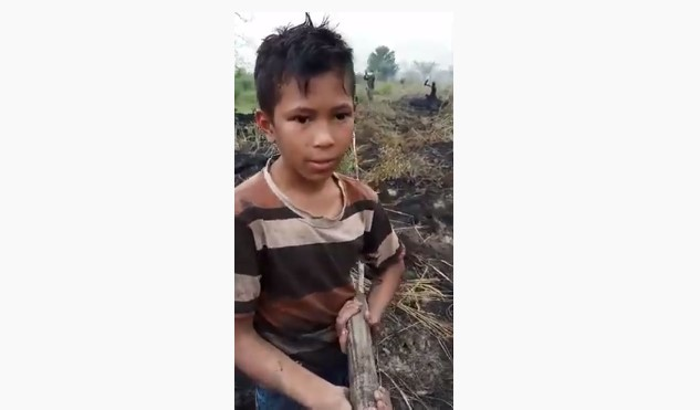 Farhan Bocah Pemberani Yang Bantu Padamkan Api Kebakaran Di Riau, Masya Allah