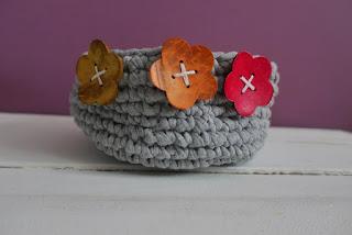 Szydełkowe koszyki z kwiatkami szydełkowy koszyk z kwiatkami