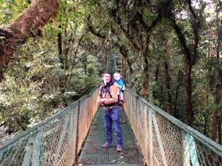 Chemin suspendu de Monteverde au Costa Rica avec bébé