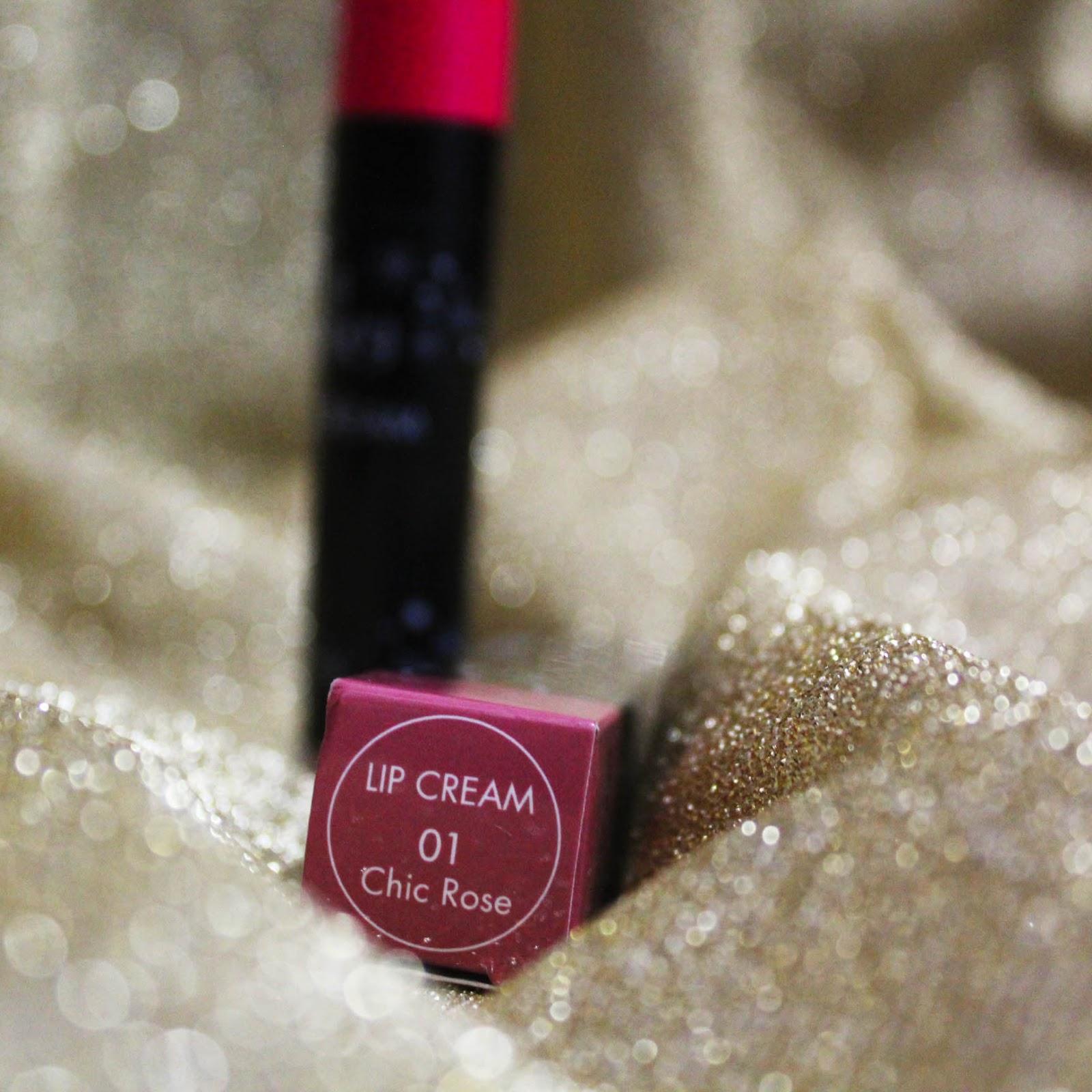 Ada merah pink dan keunguan Dari 6 shade yang ada gue cuma tertarik sama satu shade 01 Chic Rose Dan Pixy Lip 01 Cream Chic Rose ini lah yang