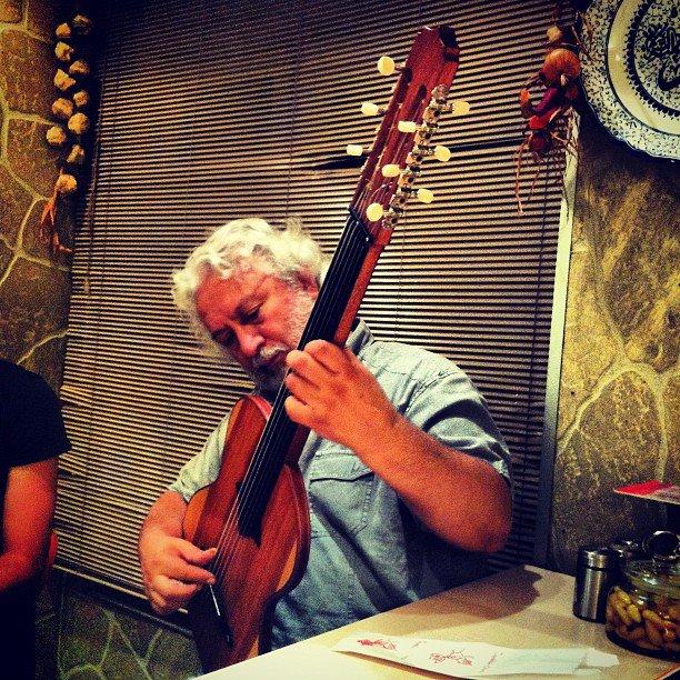 erkan oğur, erdal yapıcı tarafından tasarlanan çift yüzlü gitarı denerken