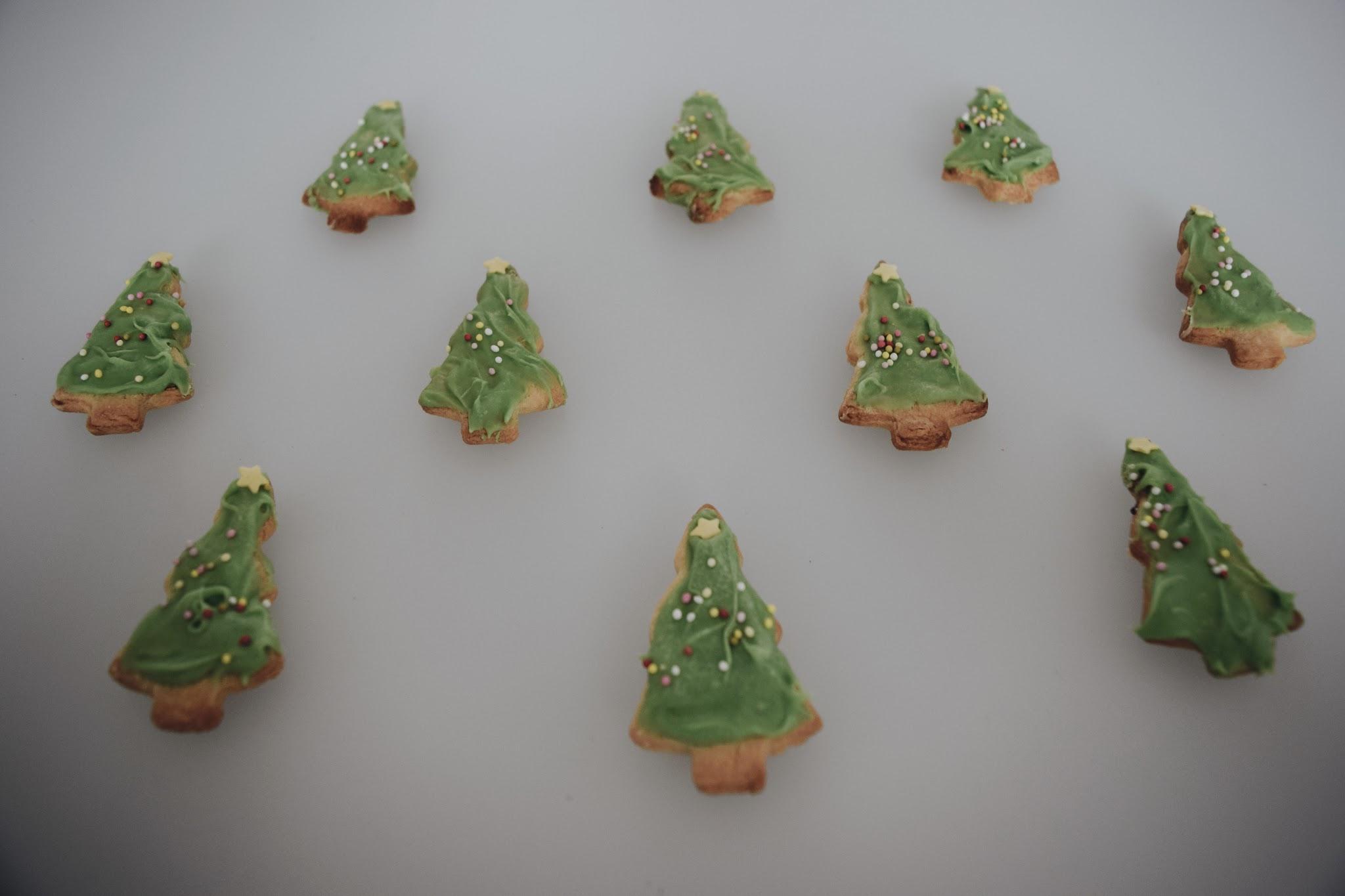 Bovenaanzicht van mijn zelfgemaakte kerstkoekjes.