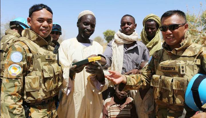Satgas Indobatt-02 Serahkan Al Quran dan Baju Batik di Darfur