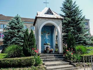 Перечин. Народая плошадь. Часовня и скульптура Пресвятой Девы Марии
