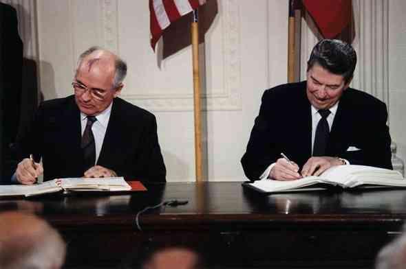 ronald-reagan-and-gorbachev-رونالد-ريجان-مع-ميخائيل-جورباتشوف