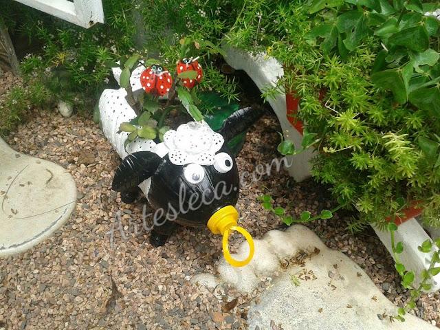 Ovelha Floreira feita de galão de água e garrafa PET