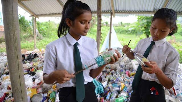 Trong khi câu chuyện muôn thuở về tiền học phí luôn được nhắc đến ở mọi quốc gia thì một trường học tại Ấn Độ đã nảy ra ý tưởng mới: thu gom rác thải nhựa từ học sinh thay cho học phí đóng bằng tiền. Đây không chỉ là một phương án tốt hỗ trợ học phí và khuyến khích các em học sinh đến trường mà còn là một biện pháp bảo vệ môi trường hiệu quả.
