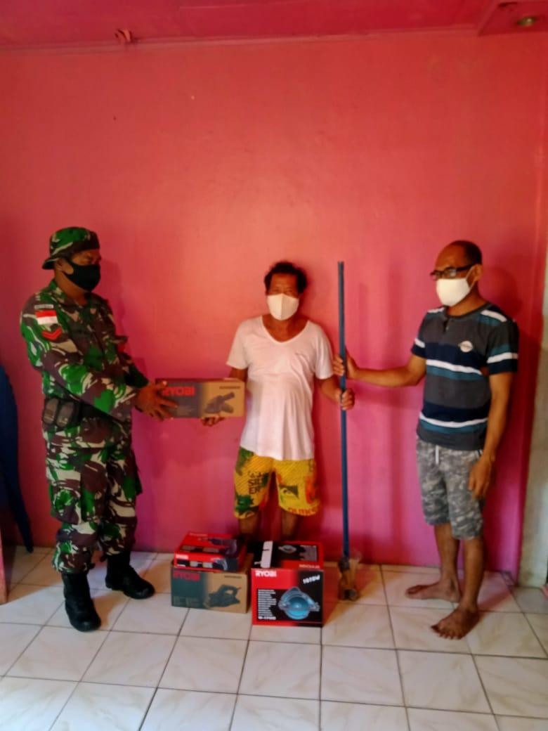 Pendampingan babinsa dalam pemberian bantuan sosial bagi warga masyarakat