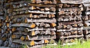 Penumpukan kayu saat pengeringan umumnya terbagi menjadi 2 macam yakni penumpukan kayu secara vertikal dan penumpukan kayu secara horizontal. Pada penumpukan secara vertikal kayu biasanya dilakukan dengan cara menyilang dan menyandar. Adapun penumpukan kayu secara horizontal dengan cara penumpukan sejajar, penumpukan bersilang, dan penumpukan segitiga. Ciri penumpukan sejajar yaitu ada kolong sebesar 50 cm, pada bagian atas tumpukan terdapat atap yang terbuat dari kayu atau seng, ada kayu ganjal, tumpukan miring keluar sebesar 10 derajat.
