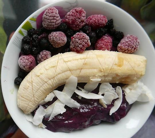 Smoothie bowl z jagodami, jeżynami, awokado i bananem