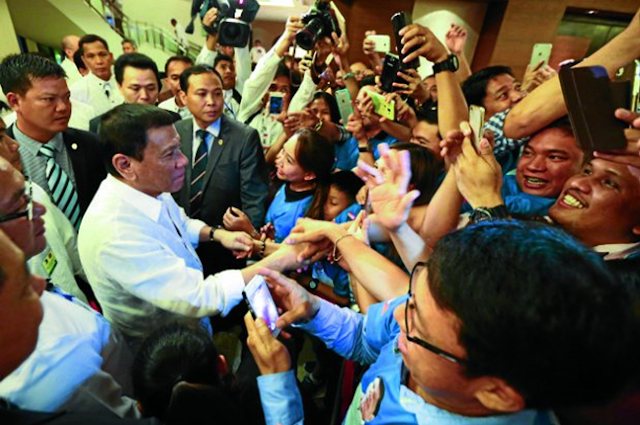 Duterte swarmed by Vietnam fans for selfies
