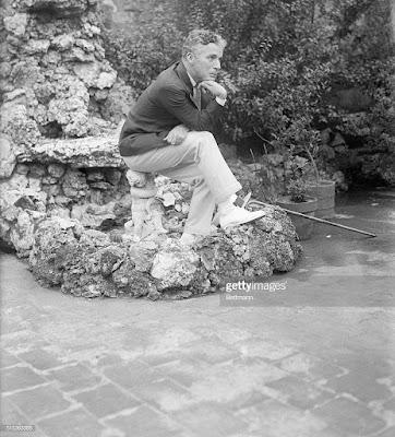 Чарли Чаплин изображает Мыслителя, Нью-Йорк, 1925 г.