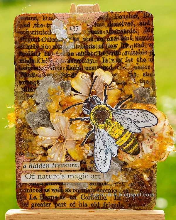 Layers of ink - Honeybee Artist Trading Card Tutorial by Anna-Karin Evaldsson.