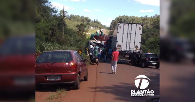 Grave acidente ocorre entre dois caminhões e um carro na PR585, saída de Toledo