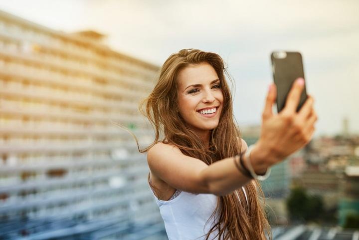 Wanita Ini Jatuh ke Jurang Karena Terlalu Bersemangat Selfie