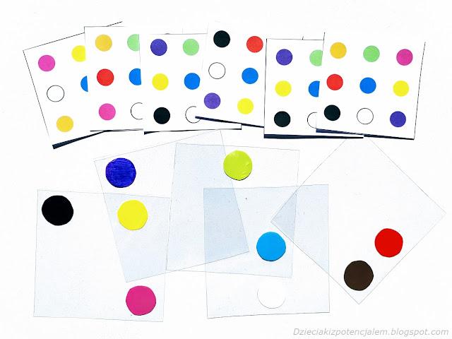 na zdjęciu sześć kart z wzorami - układem dziewięciu różnokolorowych kropek, od nimi leży pięc foliowych kwadratów, na każdym z nich naklejone są dwa lub jedno z kolorowych kół