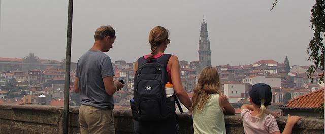 família admirando a vista do Porto