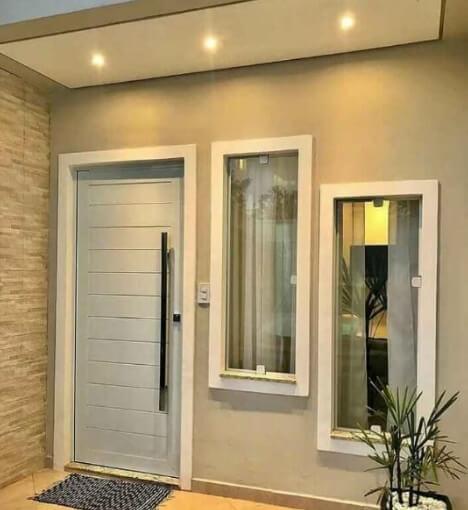 Tampak Depan Berkesan Modern Dengan Daun Pintu