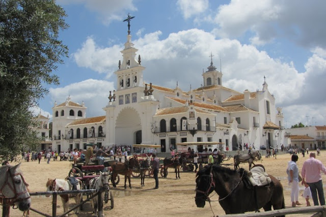drukte met paarden en karen voor kerk El Rocio op zondag