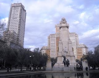 Vista general frente al estanque y las figuras de Cervantes, don Quijote y Sancho. Detrás y cerrando la plaza, el Edificio España y la Torre de Madrid.