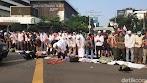 Massa Aksi depan Bawaslu Shalat Ashar, Korlap: Hadap Kiblat Jangan Kamera!