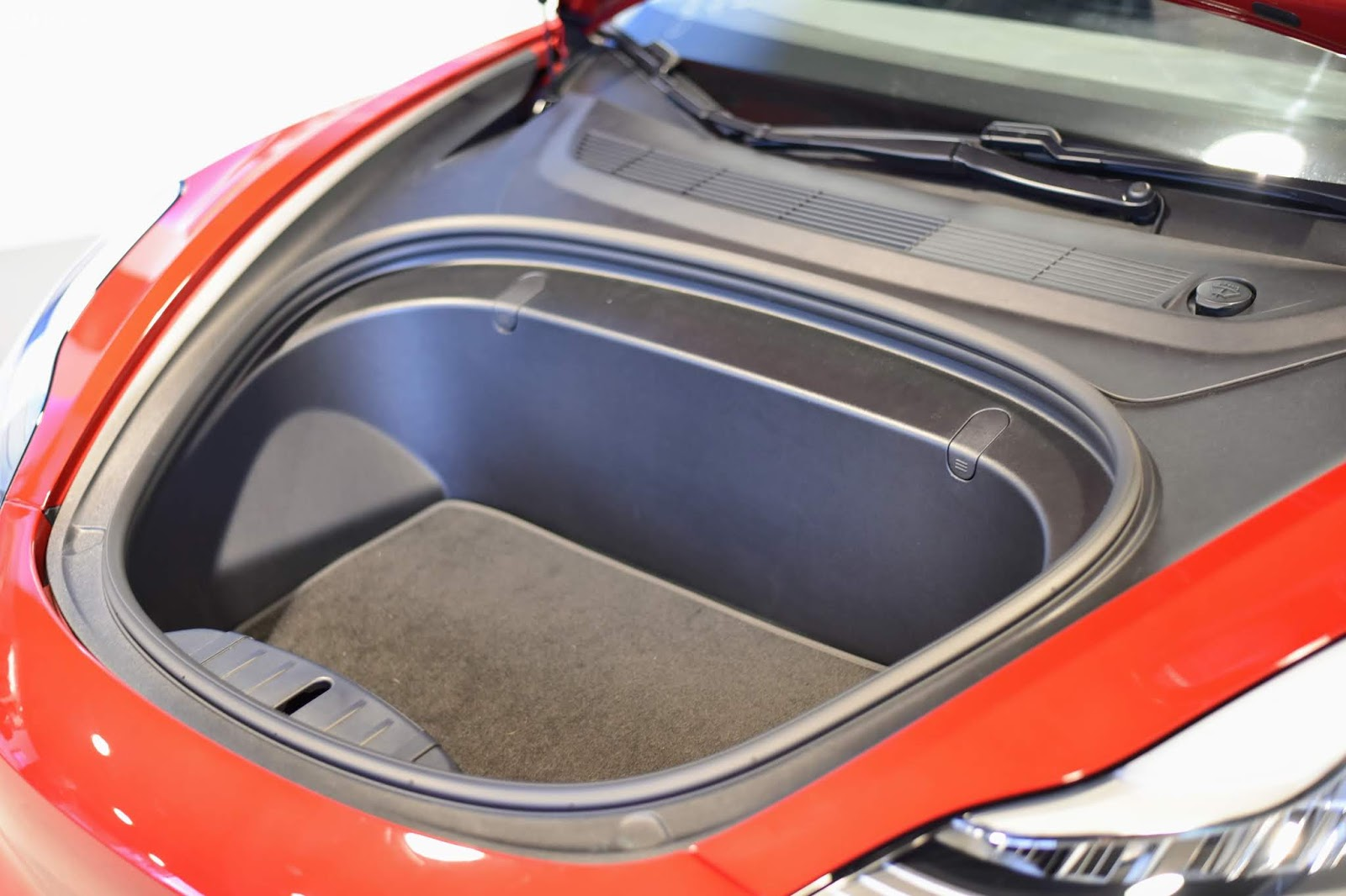 Tesla model 3 front luggage space