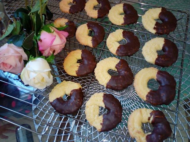 ciastka orzechowe z czekolada ciastka arachidowe ciastka z orzechow arachidowych ciastka z orzeszkami ziemnymi ciastka z orzechami ciastka maszynkowe kruche ciasteczka ciastka wianuszki
