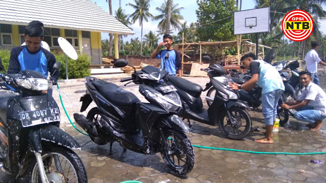 Siswa Cuci Motor Guru pada Perayaan Hari Guru Nasional