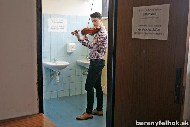Nagy-Csomor István hegedül a mosdóban