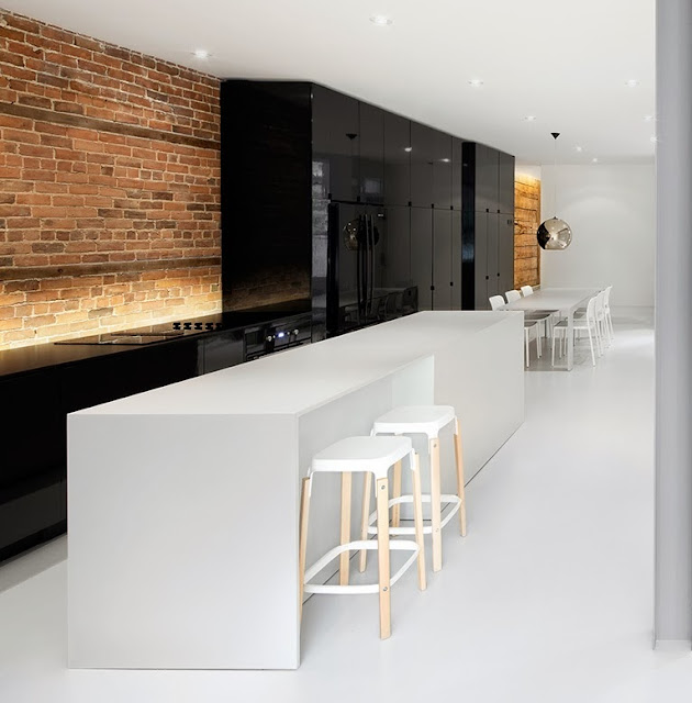 Cocina negra y blanca como elemento central  Cocinas con