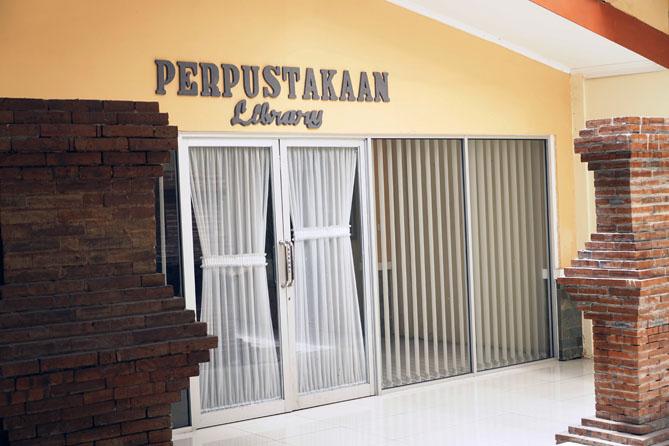Pintu masuk ke perpustakaan ronggowarsito Semarang