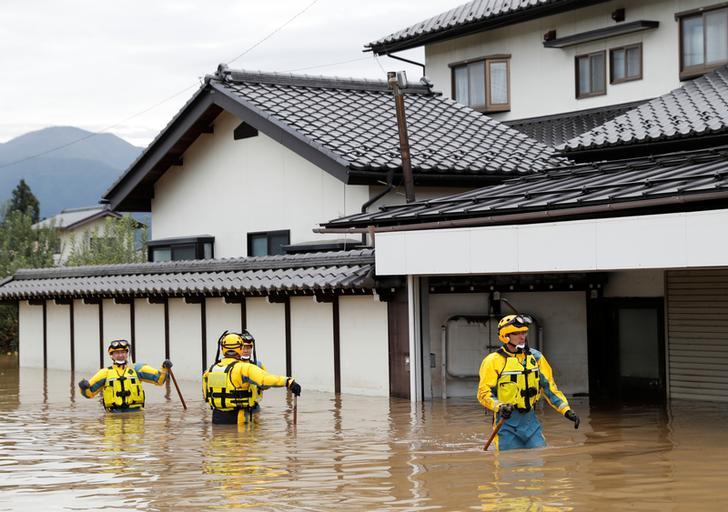La policía en una zona inundada de Nagano el lunes tras el tifón Hagibis, que provocó que el río Chikuma inundara la zona.  Foto: REUTERS / Kim Kyung-Hoon