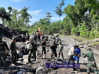 KARYA BAKTI TNI -POLRI KEBUT PENGERJAAN FISIK TANGGAP DARURAT DESA KLUNGKUNG JEMBER