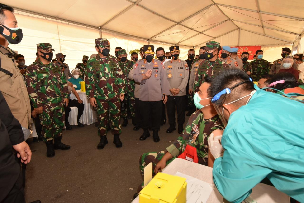 Panglima TNI dan Kapolri Tinjau Langsung Pelaksanaan Vaksinasi Prajurit TNI – Polri di Polda Kepri