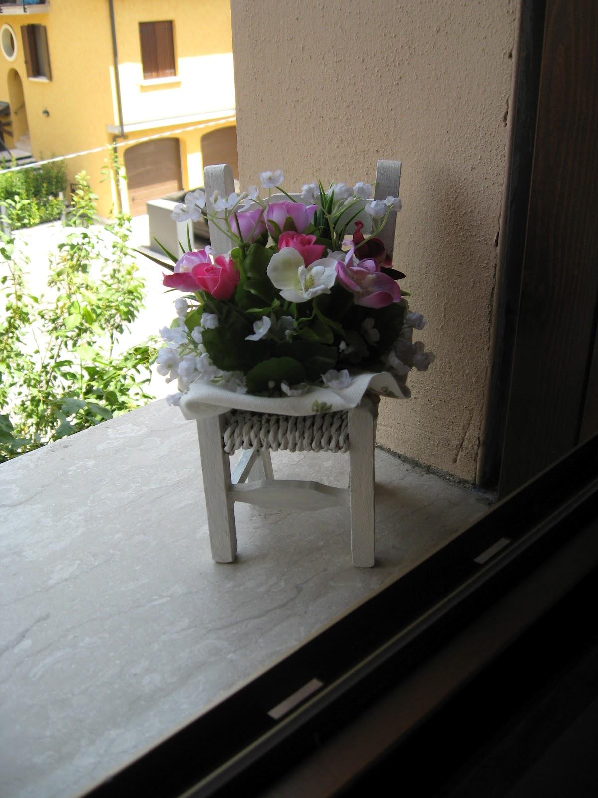 1 mamma x 2 composizione di fiori con sedia di legno for Decorare sedia legno