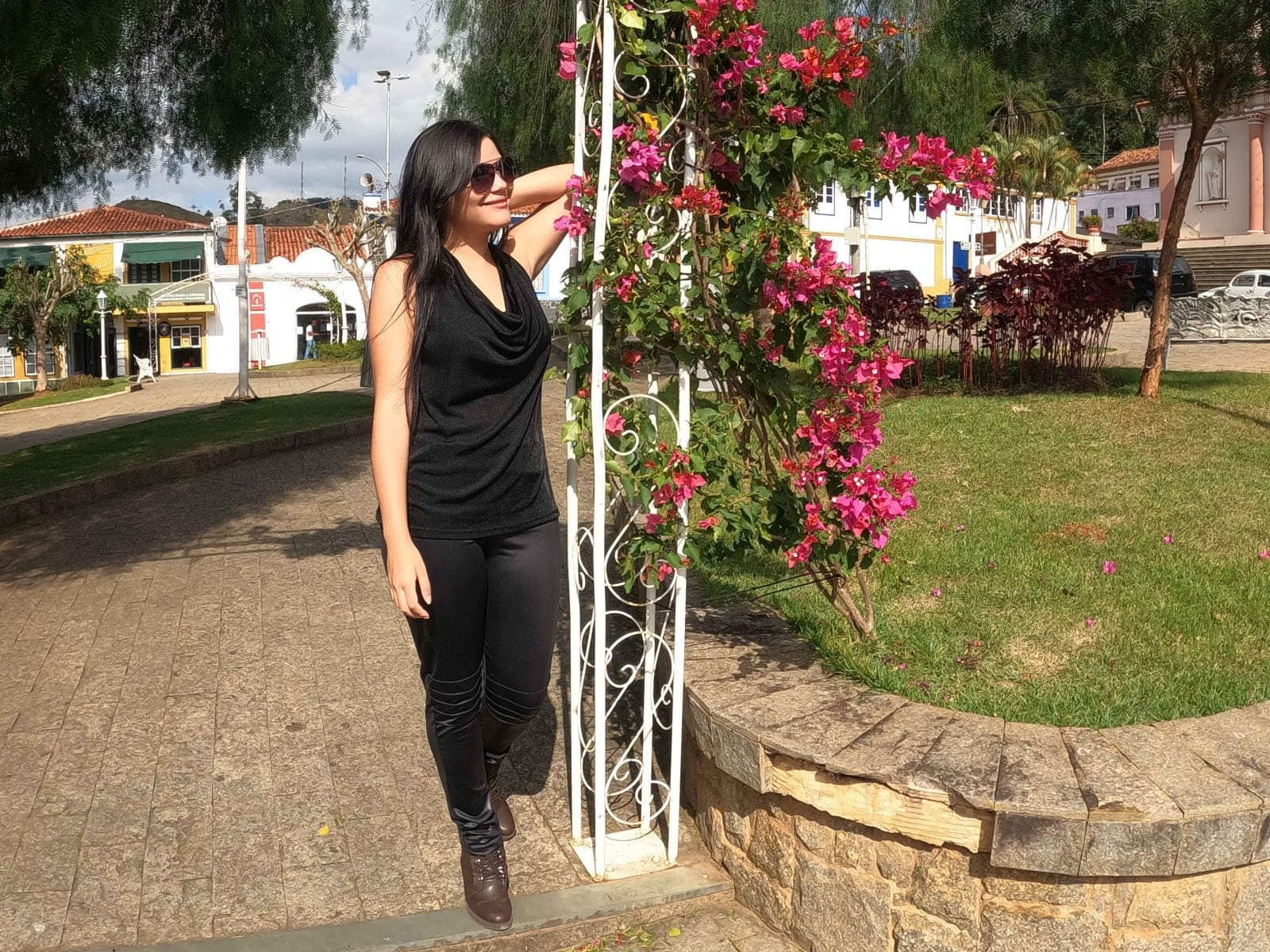 mulher em sorrindo em uma praça de cidade pequena