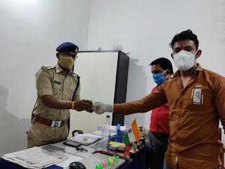 राष्ट्रीय हिंदू सेना ने पुलिसकर्मियों को जंगली लहसुन के तेल की डिब्बी ऑक्सीजन बढ़ाने की दवाई अमृतधारा वितरित किया