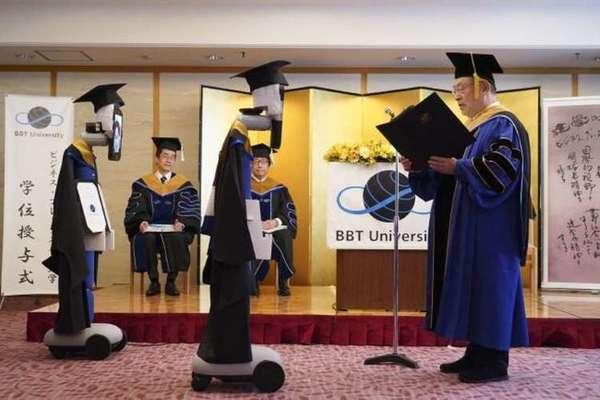 بالصور: روبوتات تعوض الطلاب في حفلات التخرج في اليابان بسبب كورونا!