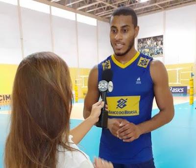 Marcelle conversa com o jogador de vôlei Lucarelli  Crédito: Divulgação/SBT