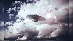 Έχοντας δει κατά λάθος ένα UFO που το ακολουθούσαν  στρατιωτικά αεροσκάφη στο νυχτερινό ουρανό, ο πρώην ναυτικός δεν μπορούσε να φανταστεί ό...