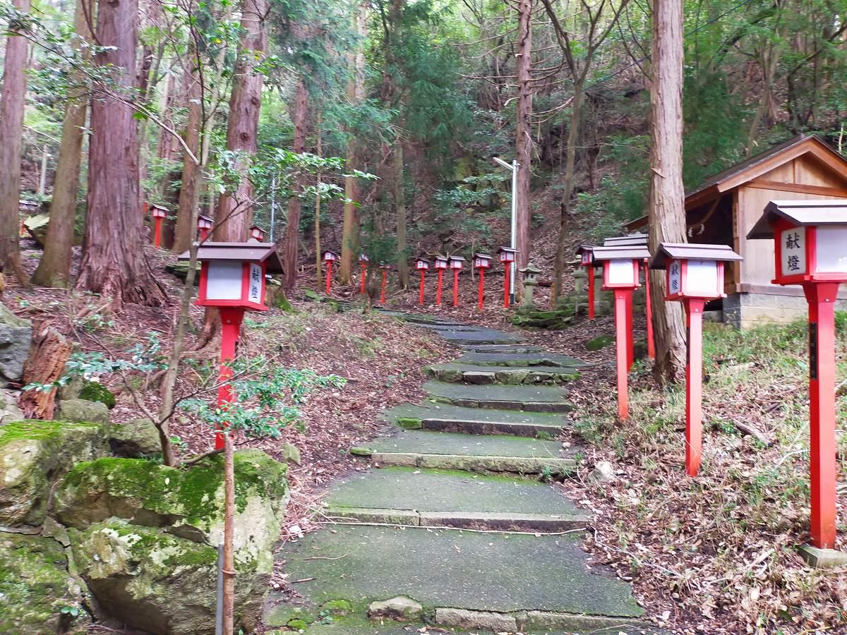 赤い灯籠の連なる階段。