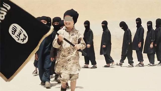 """""""Dulces, drogas y decapitaciones"""": La desgarradora vida de los niños soldado del Estado Islámico"""