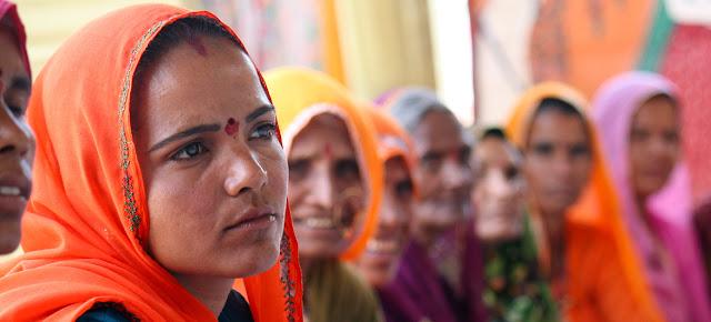 Mujeres de la zona rural de Rajastán, en la India, asisten a un taller sobre técnicas de liderazgo.ONU Mujeres/Ashutosh Negi