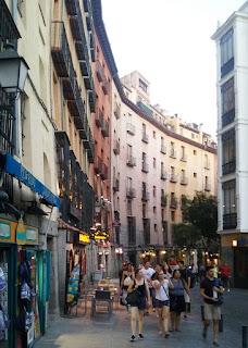 Tramo de la calle en curva con edificios de cinco plantas.