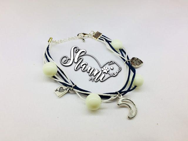 biało-niebieska bransoletka ze sznurków woskowanych z białymi koralikami i trzema zawieszkami ksiezyc karta as serduszko handmade with love