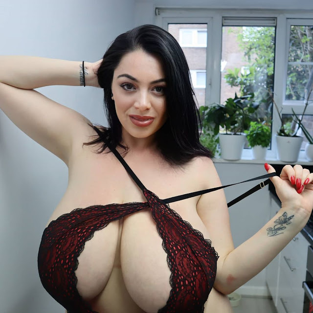 busty-social-media-babe-huge-cleavage-pic-5
