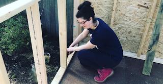 Μητέρα έχτισε ένα σπίτι με τα χέρια της και κόστος μόλις 9.000 ευρώ